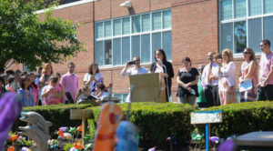"""Robin Portnoy speaks to students, friends and administrators at the unveiling of the renovated memorial garden for her son """"Zachy."""" (Photo by Janelle Clausen)"""