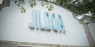 Jildor Shoes, which opened in Great Neck Plaza in 1959, recently closed its doors. The space is now vacant. (Photo by Janelle Clausen)