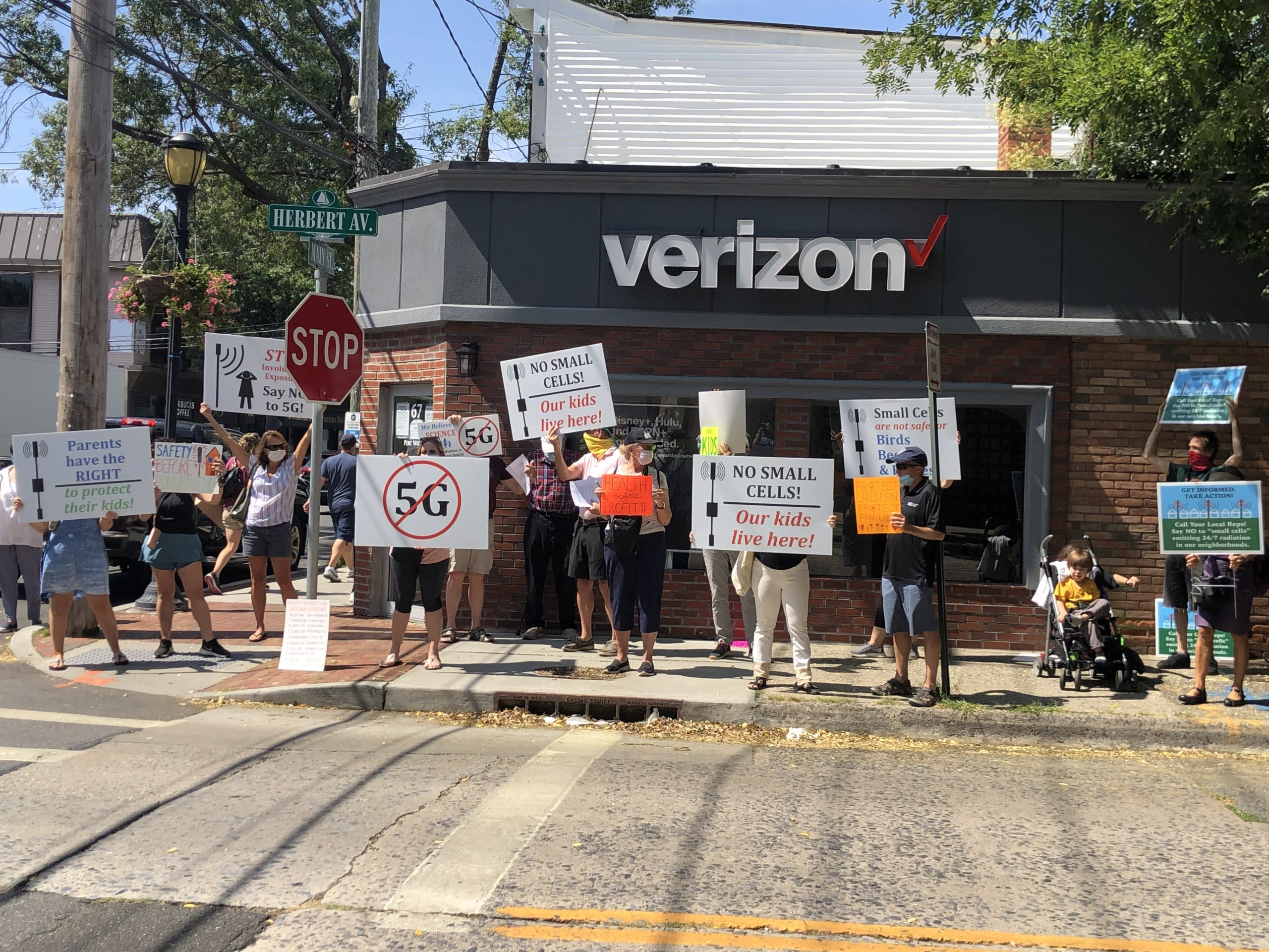 Port residents protest 5G towers outside Verizon store - News - The Island  Now